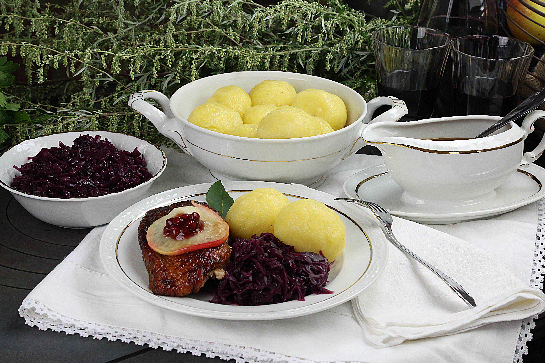 Es ist angerichtet: Gänsebraten mit Rotkohl und Kartoffelklößen für die Fotoküche