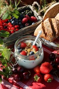 Gesundes Frühstück unter freiem Himmel
