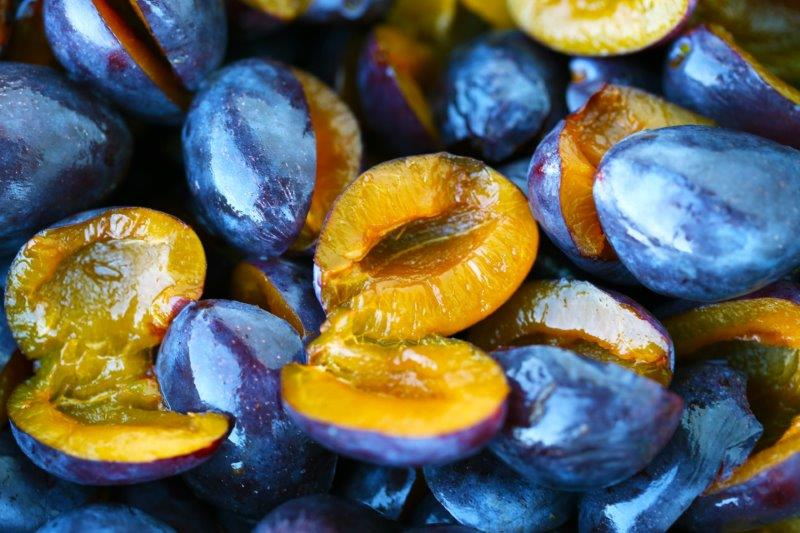 Früchte halbieren und entsteinen
